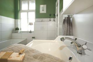 Im Bad liegen Handtücher bereit