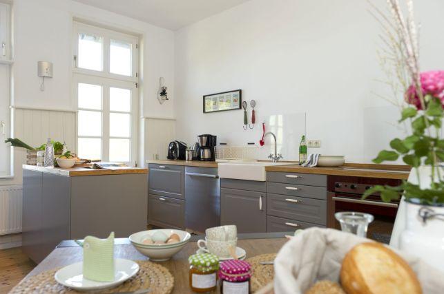 Küche mit Spülmaschine, Wasserkocher, Kaffeemaschine, Toaster und vielen weiteren Helferlein