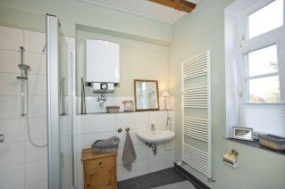 Das neue Duschbad mit den freigelegten Deckenbalken